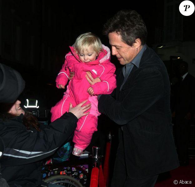 Hugh Grant et la petite Tyler Sercombe, 2 ans, lors de la première de Cloud Atlas au Curzon Mayfair de Londres, le 18 février 2013.