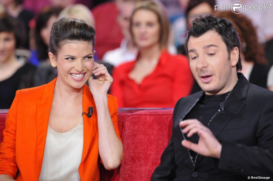 Inséparables et amoureux, Michaël Youn et Isabelle Funaro sur le plateau de l'émission Vivement Dimanche à Paris le 13 février 2013.
