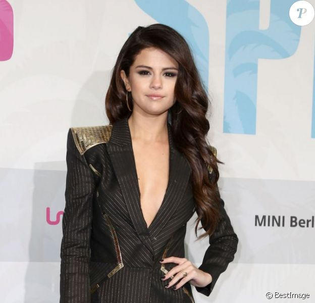 Selena Gomez superbe dans une tenue aussi sexy que mature pour la première de Spring Breakers à Berlin, le 19 février 2013.