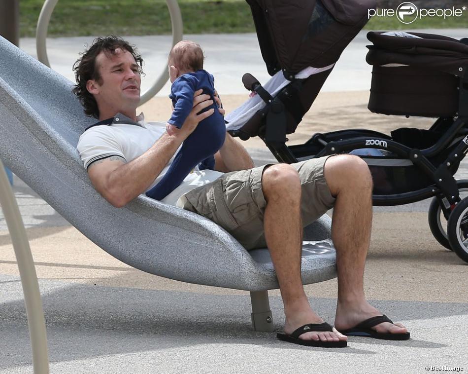 Carlos Moya en tête avec son petit garçon Carlos dans un parc de Miami, le 19 février 2013