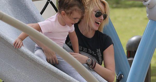 Carolina et sa fille carla lors d 39 une sortie en famille for Sortie en famille dans les yvelines