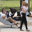 Carlos Moya, son épouse Carolina et leurs enfants Carla et Carlos profitent d'une sortie en famille dans un parc de Miami, le 19 février 2013