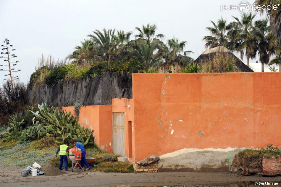 la maison de melanie griffith et antonio banderas a vu une partie de son mur d 39 enceinte tre. Black Bedroom Furniture Sets. Home Design Ideas