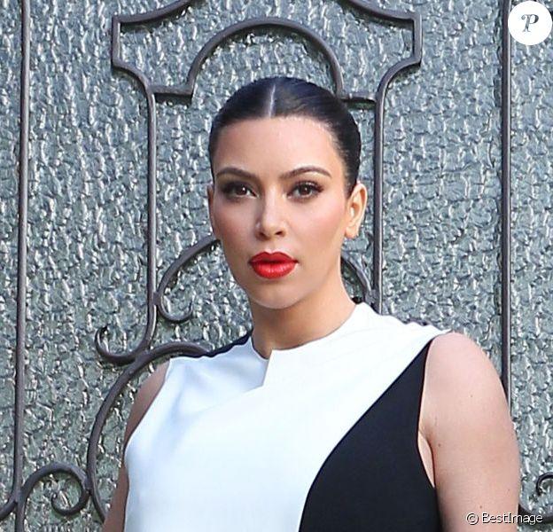 Kim Kardashian, enceinte et très en beauté, sort de sa maison à Beverly Hills. Le 21 février 2013.