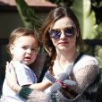 Miranda Kerr quitte un cours de gym avec son fils Flynn, habillée de lunettes Miu Miu, d'un cardigan Rodarte et de baskets 'Betty' signés Isabel Marant. Los Angeles, le 18 février 2013.