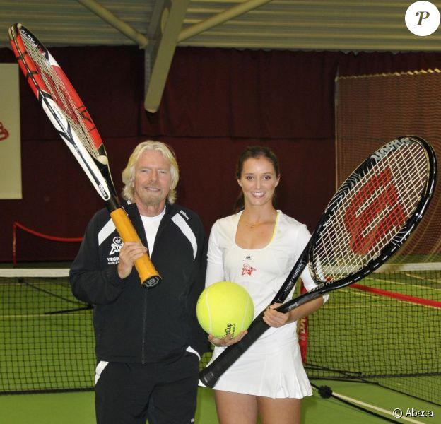 Laura Robson et Sir Richard Branson échangent quelques coups sur un court de tennis de Dukes Meadow dans le quartier de Chiswick à Londres le 26 février 2013. Laura Robson est la nouvelle ambassadrice des salles de sport Virgin Active