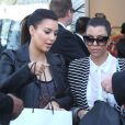 Kim et Kourtney Kardashian quittent leur boutique D-A-S-H à Los Angeles, le 27 février 2013.