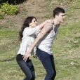 Shenae Grimes et son fiancé Josh Beech se retrouvent entre deux scènes sur le tournage de 90210, à Los Angeles, le 27 février 2013.