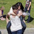 Shenae Grimes et son fiancé Josh Beech se retrouvent entre deux scènes sur le tournage de 90210, à Los Angeles, le 27 février 2013. Ces deux-là sont visiblement très amoureux.