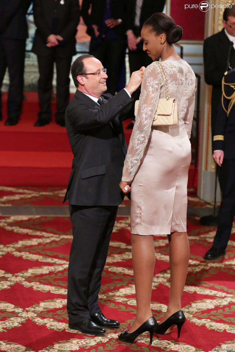 François Hollande et les filles de l'équipe de basket lors de la cérémonie de remise de la Légion d'honneur aux sportifs médaillés à Londres lors des Jeux olympiques, au palais de l'Elysée le 1er mars 2013 à Paris