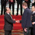 François Hollande et Alain Bernard lors de la cérémonie de remise de la Légion d'honneur aux sportifs médaillés à Londres lors des Jeux olympiques, au palais de l'Elysée le 1er mars 2013 à Paris