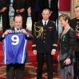 François Hollande et Céline Dumerc lors de la cérémonie de remise de la Légion d'honneur aux sportifs médaillés à Londres lors des Jeux olympiques, au palais de l'Elysée le 1er mars 2013 à Paris