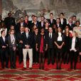 François Hollande et Valérie Trierweiler entourés par les athlètes lors de la cérémonie de remise de la Légion d'honneur aux sportifs médaillés à Londres lors des Jeux olympiques, au palais de l'Elysée le 1er mars 2013 à Paris