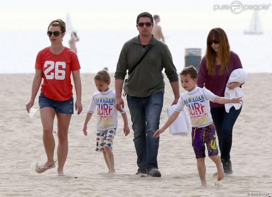 Britney Spears profite d'une belle journée ensoleillée avec ses fils, Sean et Jayden Federline, à la plage de Santa Barbara, le 2 mars 2013.