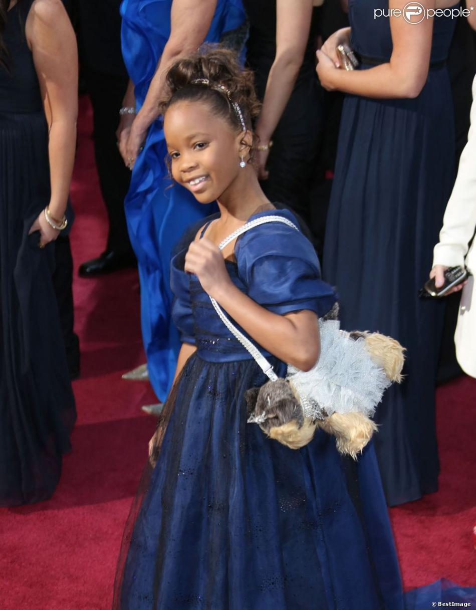 Quvenzhané Wallis arrive en Armani avec son mini-sac chien aux Oscars, le 24 février 2013.
