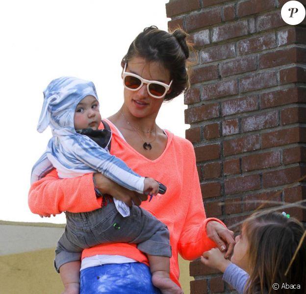 le mannequin brésilien Alessandra Ambrosio, son fils Noah et sa fille Anja à Los Angeles, le 4 mars 2013. La petite famille va rendre visite à des amis.