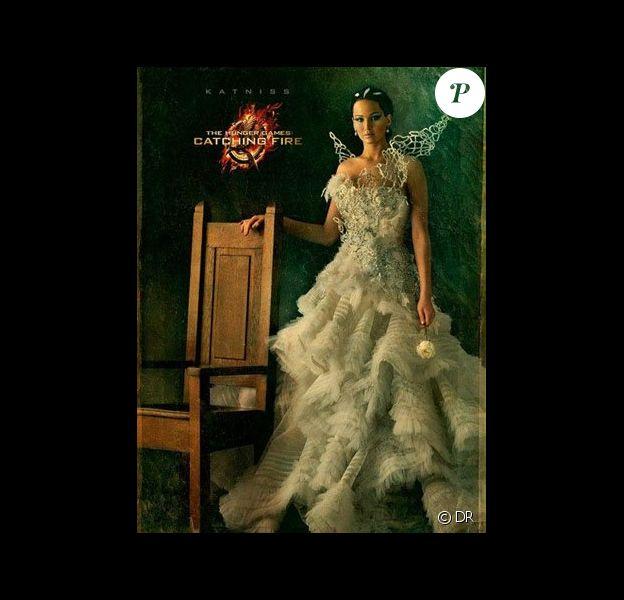 Jennifer Lawrence pose dans une robe blanche pour le character poster d'Hunger Games 2.