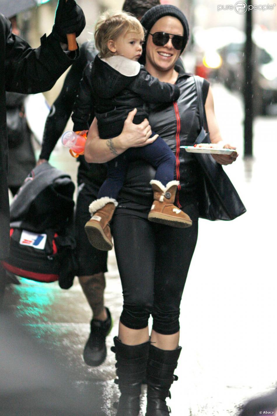 Pink et sa fille Willow dans les rues de Montréal au Québec avant son concert, le 12 mars 2013.