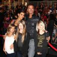 Lorenzo Lamas avec sa cinquième femme Shawna Craig avec trois de ses enfants, à la première de Pirates ds Caraïbes, la fontaine de jouvance, à Anaheim en Californie le 7 mai 2011.
