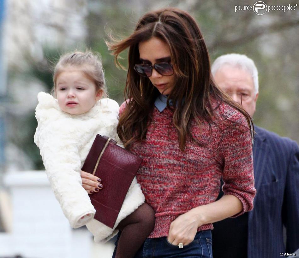Victoria Beckham et sa superbe fille Harper avec ses parents Tony et Jackie Adams, à Londres, le 26 mars 2013.