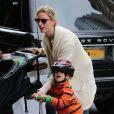 Karolina Kurkova et son fils Tobin dans les rues de New York, le 27 octobre 2012