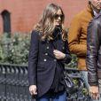 Olivia Palermo surprise à la sortie d'un Apple Store à New York, porte des lunettes Wunderkind, un sac Fendi et des baskets Lanvin. Le 24 mars 2013.