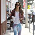 """Exclusif - Alessandra Ambrosio repérée dans le quartier de Brentwood, porte avec sa veste en cuir et son t-shirt blanc, un sac """"Tri-Fold"""" d'Alexander Wang, un jean Hudson et des baskets Converse. Le 25 mars 2013."""