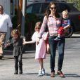 Jennifer Garner se promène avec ses enfants Violet (7 ans) Seraphina (4 ans) et Samuel (1 an) à Los Angeles, le 28 mars 2013.
