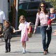 L'actrice Jennifer Garner se promène avec ses enfants Violet, Seraphina et Samuel à Los Angeles, le 28 mars 2013.