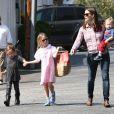 Jennifer Garner se promène avec ses enfants Violet, Seraphina et Samuel à Los Angeles, le 28 mars 2013.