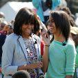 Michelle Obama et sa fille aînée Malia Barack Obama en famille pour la traditionnelle chasse aux oeufs de la Maison Blanche, le 1er avril 2013.