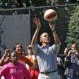 Le président en pleine démonstration de basket pour la traditionnelle chasse aux oeufs de la Maison Blanche, le 1er avril 2013.