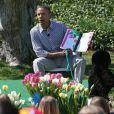 Le président Barack Obama lit une histoire aux jeunes invités de la Maison Blanche, pour la traditionnelle chasse aux oeufs, le 1er avril 2013. Le chien Bo est aux premières loges.