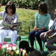 Michelle Obama et ses filles lisent une histoire aux jeunes invités de la Maison Blanche, pour la traditionnelle chasse aux oeufs, le 1er avril 2013.