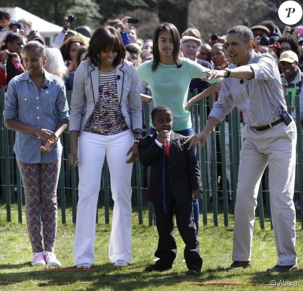 Barack et Michelle Obama, leurs filles, Sasha et Malia, et le mini-président pour la traditionnelle chasse aux oeufs de la Maison Blanche, le 1er avril 2013.
