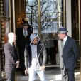 Après avoir passé le week-end avec Kanye West à Paris, Kim Kardashian, enceinte, rentre à Los Angeles le 2 avril 2013.