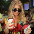 Fergie, enceinte, a acheté du jus d'Açaï, fruit typique du Brésil, lors de son séjour à Rio de Janeiro, le 4 avril 2013.