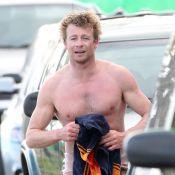 Simon Baker : Ultrasexy torse nu, le bel Australien est un surfeur émérite
