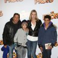 Smaïn, sa compagne Sid et leur fils Rayanne à la première du film Les Profs au Grand Rex, Paris, le 9 avril 2013.