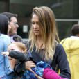 Jessica Alba s'occupe de sa petite dernière Haven au parc à Los Angeles, le 13 Avril 2013