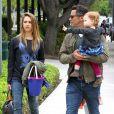 Jessica Alba et son mari Cash Warren sont au parc avec leurs deux filles Honor et Haven à Los Angeles, le 13 Avril 2013