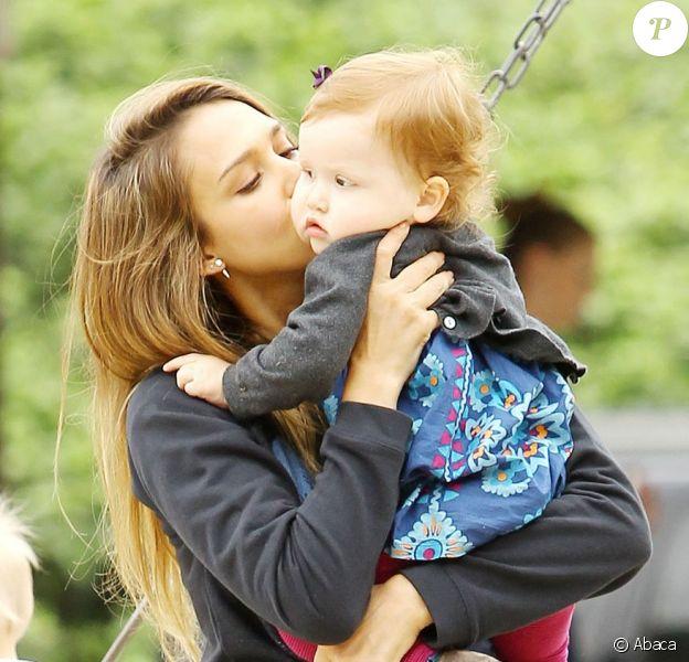 Jessica Alba et son mari Cash Warren profitent de leurs filles Haven et Honor au Canyon Park à Los Angeles, le 13 avril 2013
