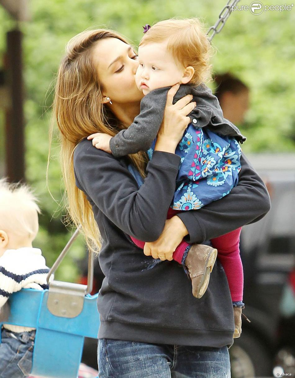 Jessica Alba et son mari Cash Warren profitent de leurs filles Haven et Honor au Canyon Park à Los Angeles, le 13 avril 2013