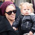 La chanteuse Pink et sa fille à Paris, le mardi 16 avril 2013.