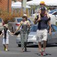 Liev Schreiber et Naomi Watts au côté de leurs enfants Alexander et Samuel au Kids Earth Day à Los Angeles, le 21 avril 2013.