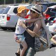 Naomi Watts et Samuel se rendent en famille au Kids Earth Day à Los Angeles, le 21 avril 2013.