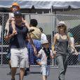 Liev Schreiber, Naomi Watts et ses deux enfants au Kids Earth Day à Los Angeles, le 21 avril 2013.