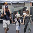 Liev Schreiber et Naomi Watts au Kids Earth Day à Los Angeles, le 21 avril 2013 avec leurs enfants.