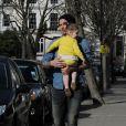 David Beckham profite d'un instant en tête à tête avec sa fille Harper dans les rues de Notting Hill à Londres. Le 24 avril 2013.