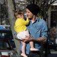 Le sportif David Beckham et sa fille Harper dans les rues de Notting Hill à Londres. Le 24 avril 2013.